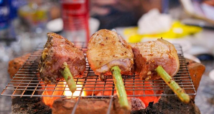 Từng miếng thịt được nướng trên than hồng tạo nên mùi thơm hấp dẫn khó cưỡng.