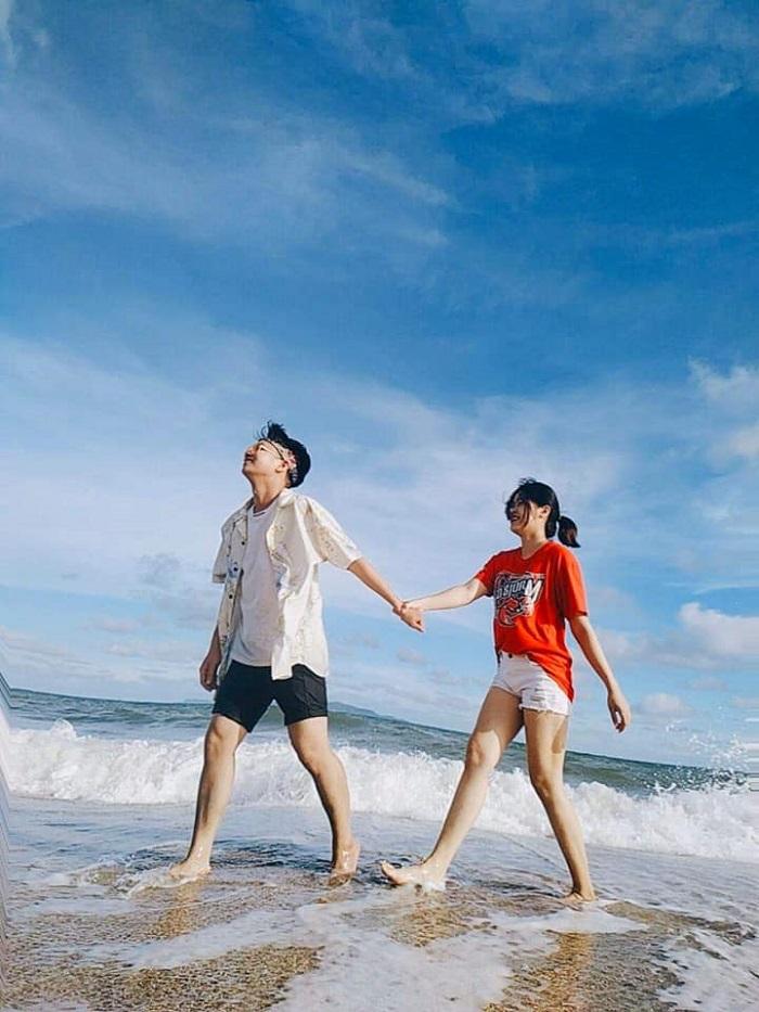 Dạo biển, tắm biển là trải nghiệm thú vị trên đảo Vĩnh Thực. Ảnh: Du lịch khám phá đảo Vĩnh Thực