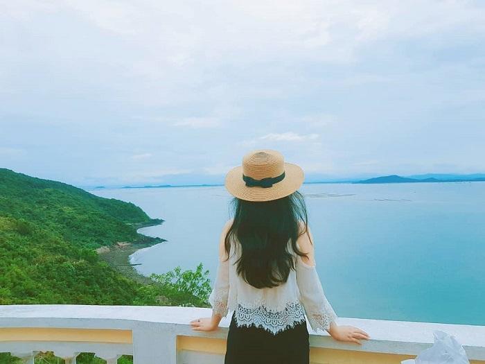 Ngắm toàn cảnh đảo Vĩnh Thực từ ngọn hải đăng. Ảnh:mylinh_57