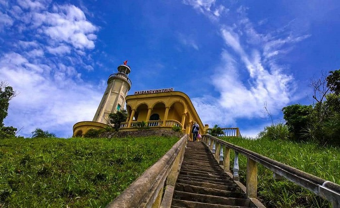 Đường lên hải đăng trên đảo Vĩnh Thực. Ảnh:Traveloka