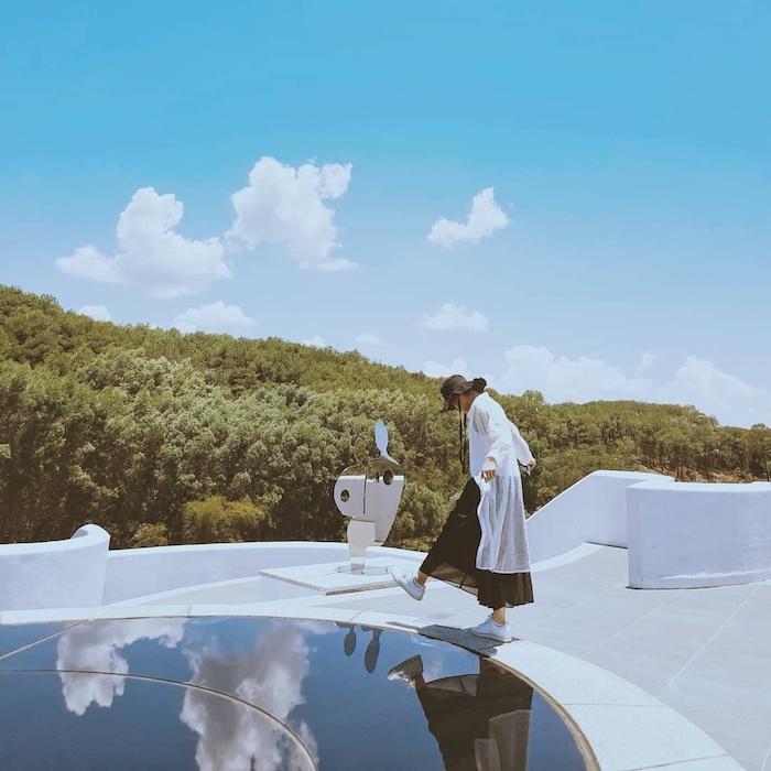 Sân thượng toà nhà được thiết kế để tạo liên tưởng tới Vườn Địa đàng với sự hoà hợp cùng thiên nhiên và những tác phẩm nghệ thuật siêu thực. Ảnh: pinterest.com